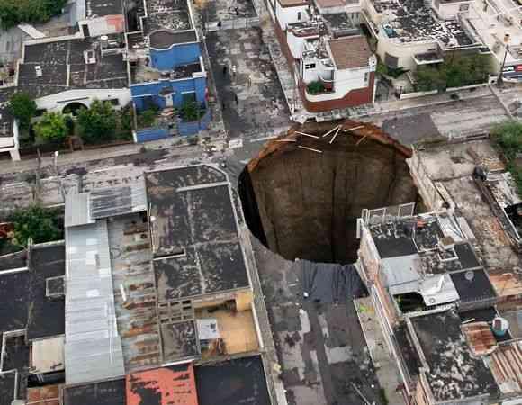 giant sinkhole guatemala city - Anomalie Geologiche: il misterioso fenomeno dei Sinkholes (voragini)