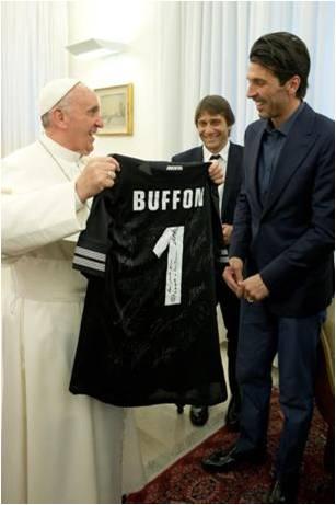 1.Papa Francesco e Buffon - Juventus, Roma e Lazio in udienza da Papa Francesco