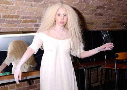 lady gaga a londra - Lady Gaga nuda durante un'esibizione a Londra