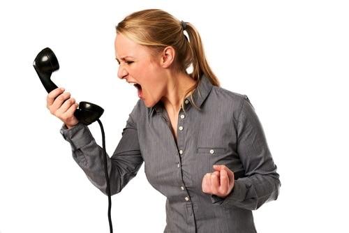 ragazza che urla al telefono - Come bloccare e non ricevere più le chiamate telefoniche pubblicitarie