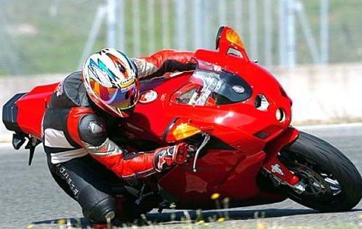 moto caschi abbigliamento - Giubbotti airbag e caschi tecnologici, l'abbigliamento per la moto si rinnova