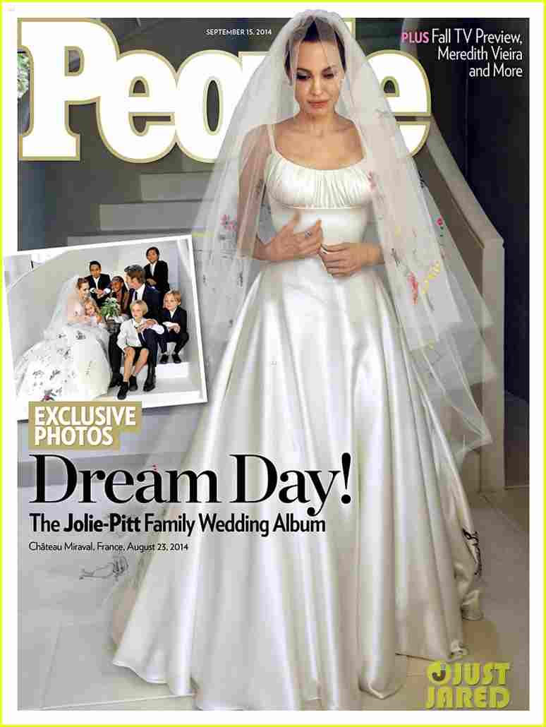 angelina jolie wedding dress 01 - Le foto ufficiali del matrimonio tra Angelina Jolie e Brad Pitt