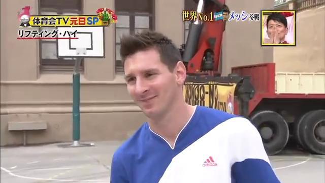 Messi TV giapponese - Messi, lancia la palla a 18 metri di altezza per la TV giapponese
