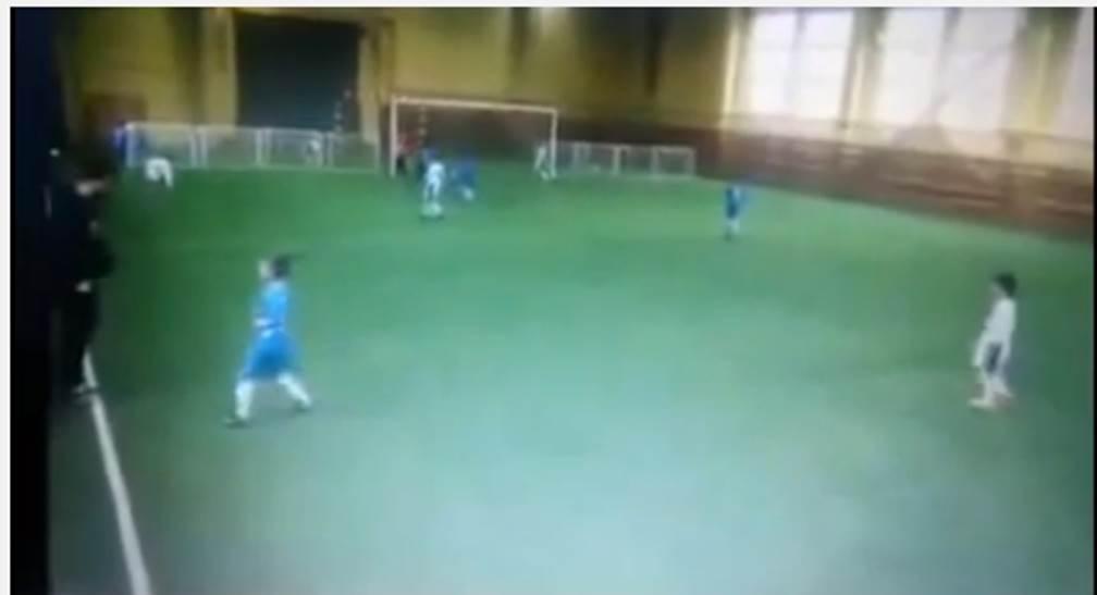 video Mister Violento - Allenatore violento colpisce con un calcio un baby giocatore