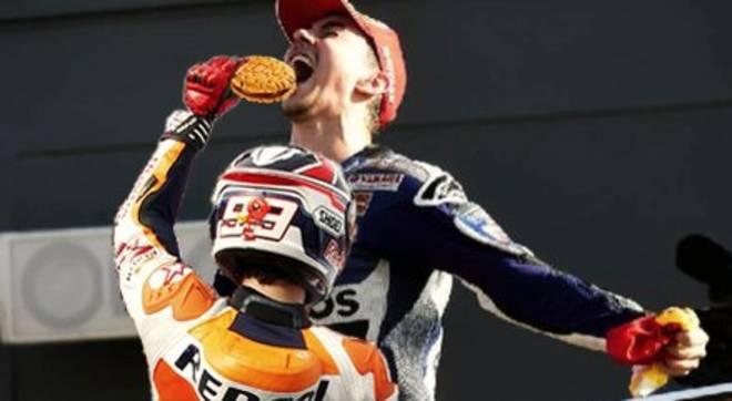 biscotto Vale Rossi 1 - Lorenzo vince il MotoGP 2015 ma il Web non perdona!