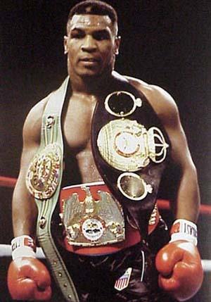 Tyson campione di tre cinture