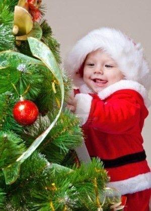 La bambina e l'albero di Natale