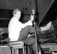 Jerry Lee Lewis piedi sul piano