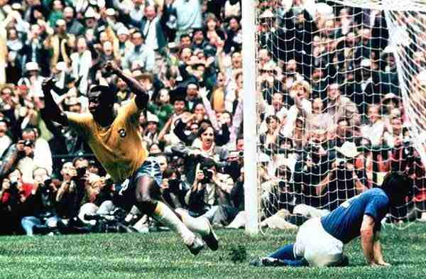 Pelè gol nella vinale Italia-Brasile del 1970