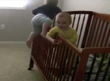 Bimbi in fuga dal lettino