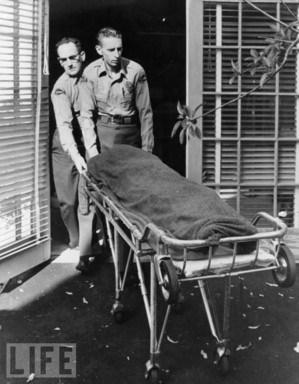 Il corpo di Marylin viene portato via