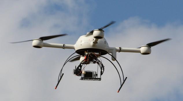 Drone con fotocamera o videocamera