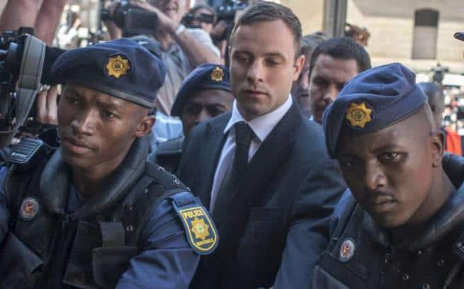 Pistorius viene portato via - Pistorius condannato a 5 anni di prigione per l'uccisione di Reeva Steenkamp