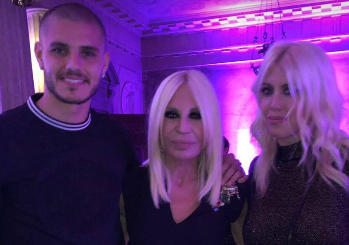 Gaffe da Versace tra Wanda Nara e Claudia Schiffer sulla maglia di Icardi